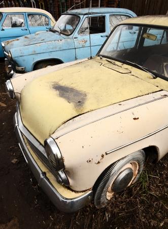 De oude roestige auto close up