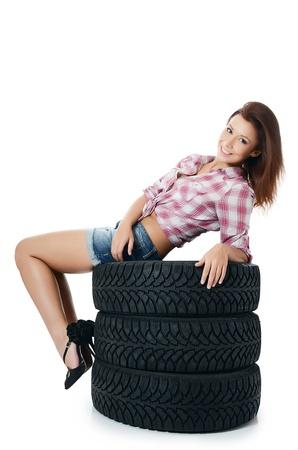 Fille avec des pneus d'automobile isol? sur blanc