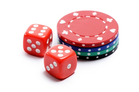 fichas casino: Poker chips y cubos aislados en blanco