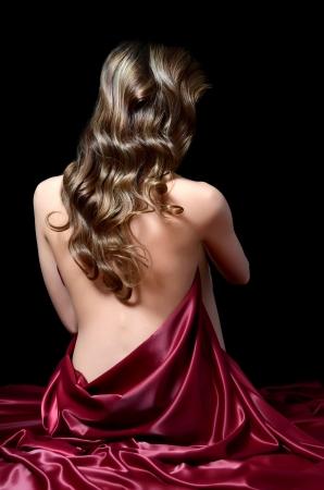Die Frau mit langen Haaren in Seide