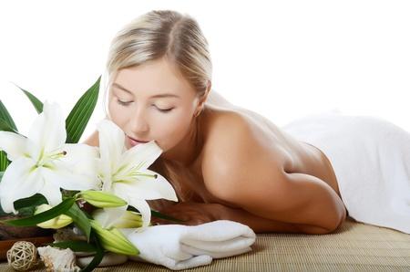Spa mujer con flores de lirio aislado en blanco