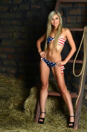 vaqueritas: La mujer hermosa en bikini en el heno