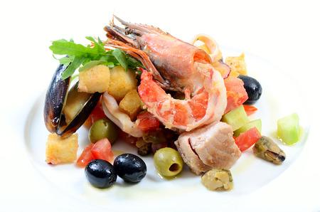 italienisches essen: Salat mit Meeresfrüchten mit einem Tintenfisch, ein Thunfisch-Filet, Fleisch von Muscheln Lizenzfreie Bilder
