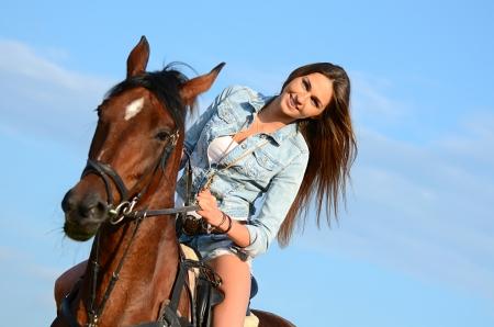femme et cheval: La femme à cheval sur le ciel