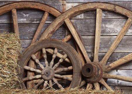 carreta madera: Ruedas viejas de un carro en el cobertizo Foto de archivo