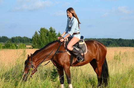 parapente: La mujer en un caballo en el campo Foto de archivo