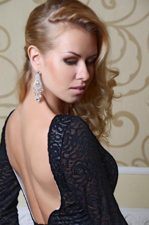 tacones negros: hermosa mujer sexy con el pelo rubio en un elegante traje negro Foto de archivo