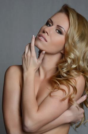 labios sensuales: Retrato de la hermosa mujer rubia sexy Foto de archivo