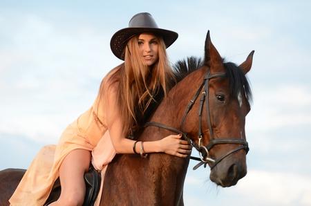 parapente: La mujer en caballo contra el cielo