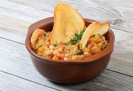 legumbres secas: Sopa de vehículos y la habichuela con chips de granos secos Foto de archivo