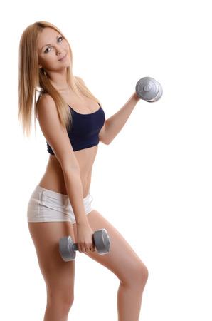 atletismo: Sexy chica atlética de trabajo con pesas en el fondo blanco