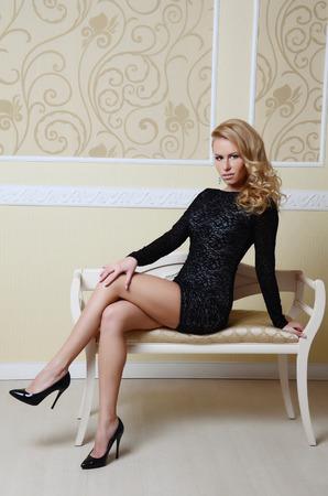piernas mujer: bella mujer sexy con el pelo rubio en un elegante traje negro