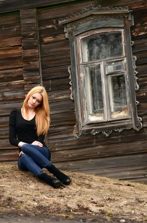 modelos posando: La mujer hermosa en la vieja casa