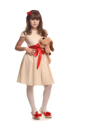 petite fille avec robe: Belle petite fille en robe de mode tenant beau jouet
