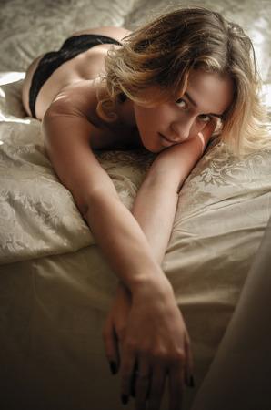 junge nackte mädchen: Schöne blonde Mädchen in sexy Dessous posiert auf dem Bett