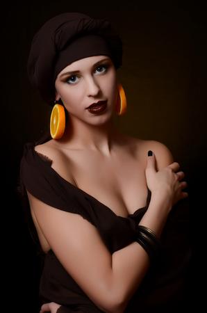 femme noire nue: La belle femme dans un turban avec une créatrice de maquillage