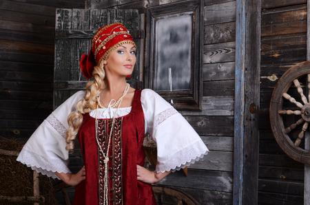 러시아어 스타일에서 아름 다운 여자의 초상화입니다. 전통적인 드레스에서 아름 다운 러시아 여자. 러시아어 스타일.