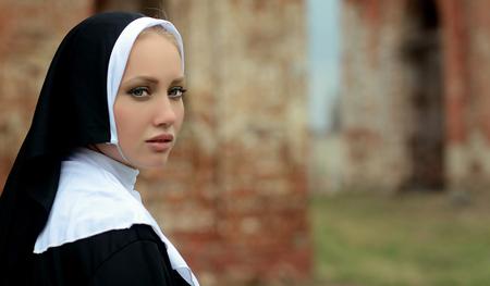 Porträt einer jungen Nonne im Freien