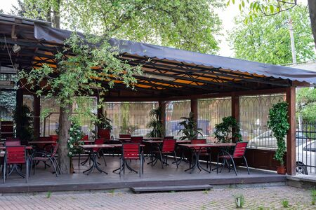Empty summer cafe. Quarantine. The result is a crown virus. Economic crisis Imagens