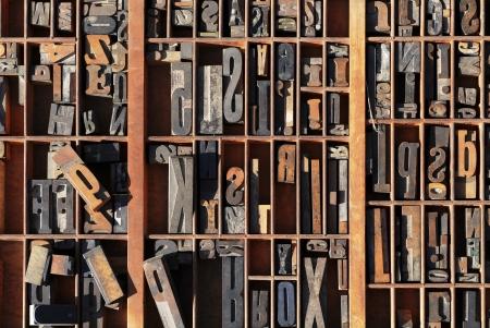 lead: Una scatola di vecchi blocchi d'epoca stampa lettera di stampa in una vecchia scatola di legno