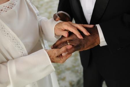 couple mixte: Mature couple mixte �change de bague de mariage. Banque d'images