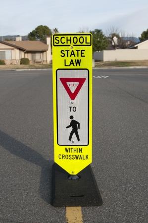 paso de peatones: Se?de tr?co peatonal School alertar motorista para dar paso a los peatones. Foto de archivo