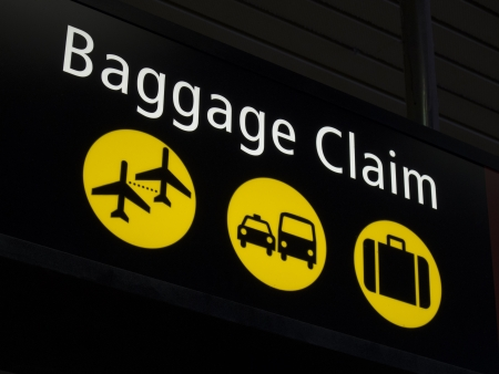 Airport baggage sign directing passengers to various areas of the airport Imagens