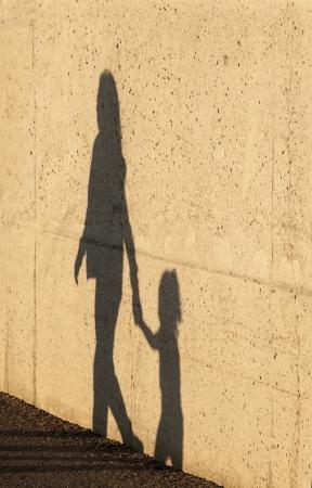 Een kind wordt weg geleid door een vrouw Stockfoto
