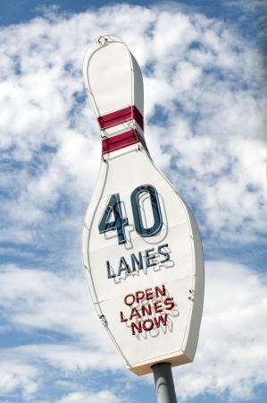 vintage: Grote vintage Kegelbaan teken reclame 40 lanes beschikbaar Stockfoto