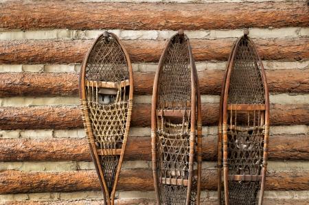 cabina: par de zapatos de la nieve de la vendimia que cuelga en una cabina