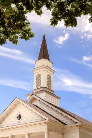 古い国の教会、近くの木の尖塔をフレーミング