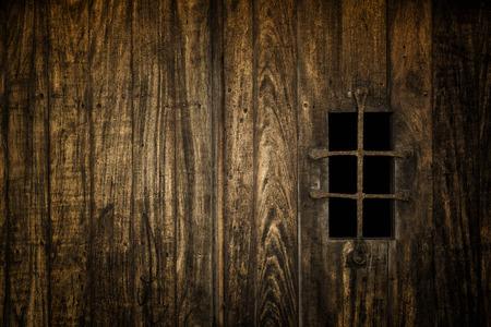 Ventana medieval histórico asegurada con barras de hierro Foto de archivo