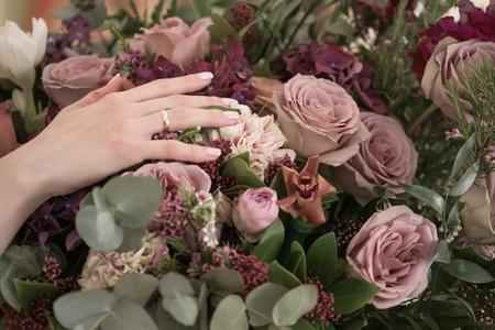 Bruid hand met bruiloft bloemen boeket. Stockfoto - 80522903