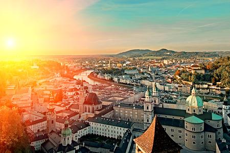 Belle vue aérienne du coucher du soleil sur Salzbourg, Autriche, Europe. Ville dans les Alpes de la naissance de Mozart. Vue panoramique sur les toits de Salzbourg depuis le Festung Hohensalzburg en automne. Ville célèbre et destination de voyage internationale populaire.