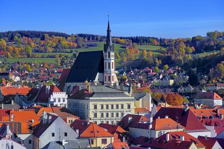 Luftaufnahme über das historische Zentrum der Altstadt von Chesky Krumlov in der Region Südböhmen der Tschechischen Republik an der Moldau.