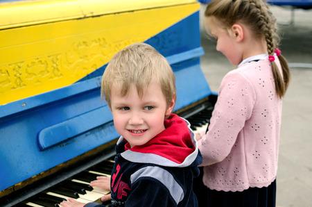brothers playing: Ni�o y ni�a tocando el piano tocando el piano