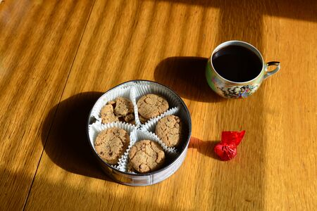 Tin can with cookies on a wooden table., top view Zdjęcie Seryjne