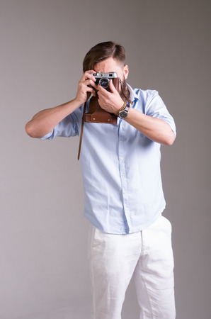 hombre disparando: Tiro Hombre en el estudio Foto de archivo