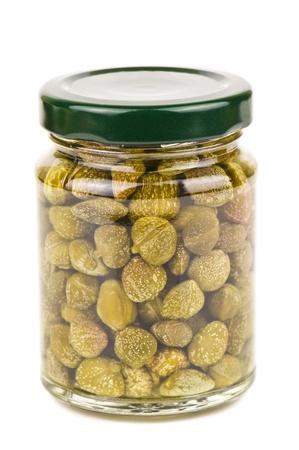 alcaparras: frasco de alcaparras en blanco