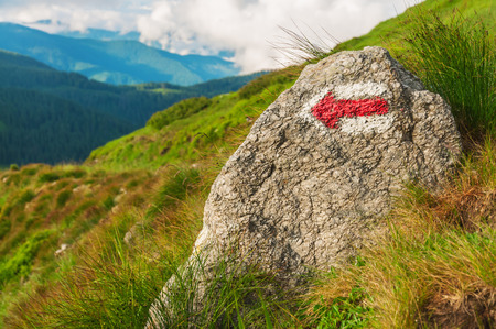 flecha: flecha roja (puntero) sobre la roca Foto de archivo