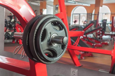 the equipment: diferentes aparatos de ejercicios en el gimnasio