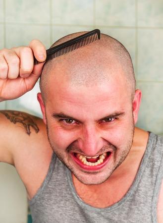 hombre calvo: hombre calvo loco con el peine