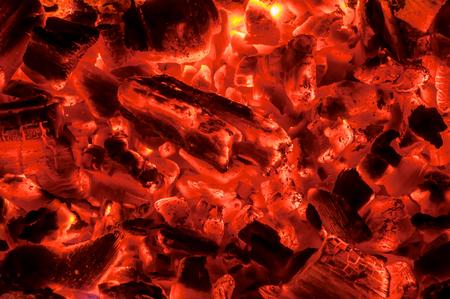 holzbriketts: heiße rote Kohlen als Textur