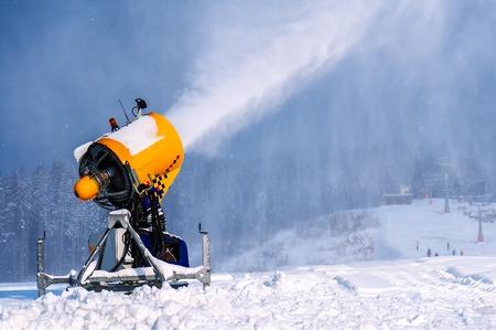 Canon professionnel de la neige artificielle faisant des flocons de neige de l'eau à la station de ski Banque d'images - 90232119