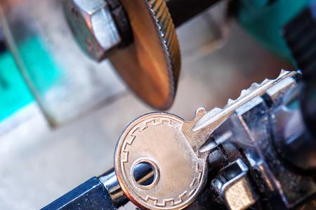 cerrajero, la máquina duplicadora de llaves hace una nueva copia Foto de archivo