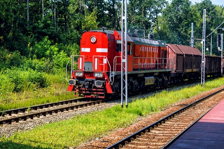 Freight train locomotive carrying with cargo on daylight Banque d'images - 127293819