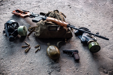 sniper rifle, gas mask, bullets and backpack Stockfoto