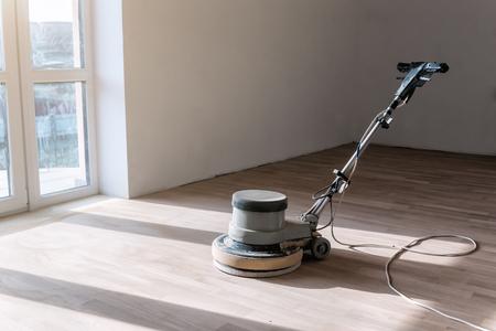 máquina especial para pulir suelos de parquet Foto de archivo