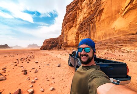 Selfie mit Touristen und Auto in der Wadi Rum-Wüste. Jordanien