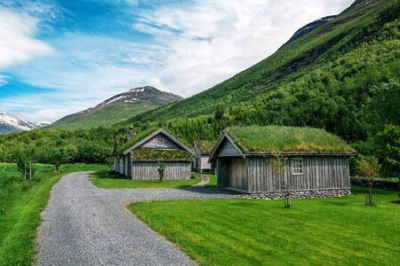 abandoned cabins with grass on the roof in Norway Banque d'images - 126378423